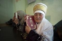 """Türkiye Diyanet Vakfı (TDV) tarafından """"Hediyem Kur'an Olsun Projesi"""" kapsamında 2018 yılında Kırgızistan genelinde 10 bin Kırgızca mealli Kur'an-ı Kerim dağıtıldı. Oş kentinde bulunan İman Bakıt Derneği Kur'an Kursu'na gelen yetkililer burada eğitim gören kadınlara Kur'an-ı Kerim takdim etti. ( Mustafa Kamacı - Anadolu Ajansı )"""
