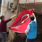 Diyanet görevlileri ve Vakfımız gönüllülerinin Türk bayrağı hassasiyeti