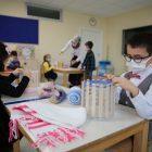 Ana okulu öğrencileri Doğu ve Güneydoğu Anadolu bölgesindeki çocuklar için atkı örüyor